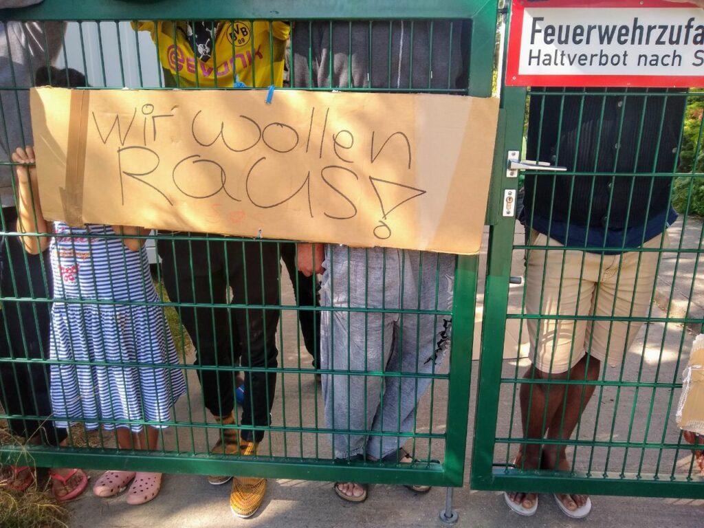 """Protest: """"Wir wollen RAUS"""""""